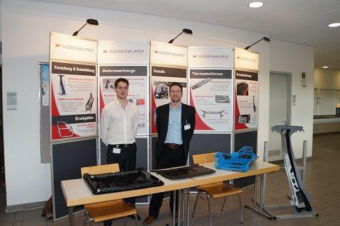 Tobias Amler (li.) und Ralf Drössler am Siebenwurst-Stand beim Landshuter Leichtbau-Colloquium